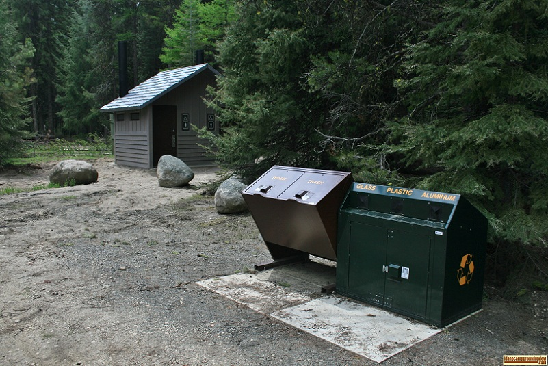 A picture of the garbage can and recycling bins at Amanita Campground