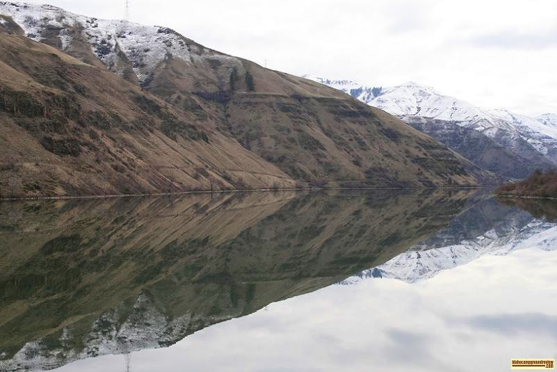 picture of reflections on oxbow reservoir in hells canyon