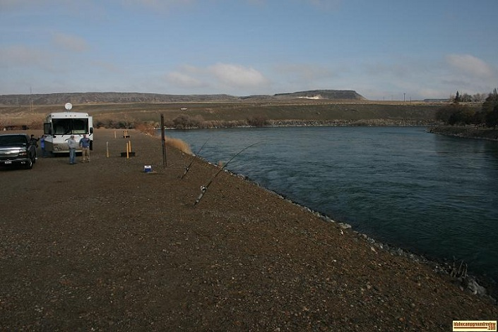 picture of snake river shoreline in Locust Park Campground