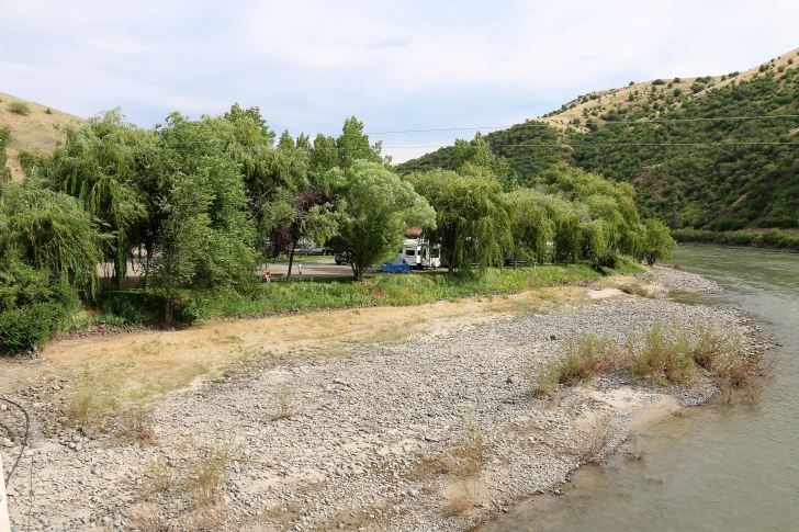 A picture of the shoreline on the Salmon River at Swiftwater RV Park in Idaho.