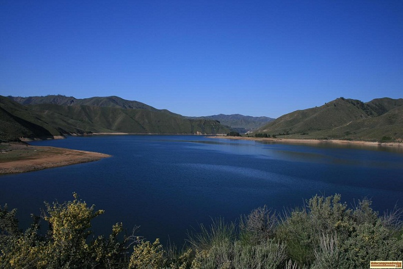picture of arrowrock reservoir with irish point on the far shore.